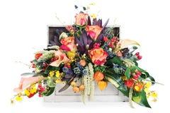 Arreglo de rosas, de lirios, del freesia y de diafragmas Foto de archivo