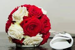 Arreglo de rosas rojas y blancas Fotos de archivo libres de regalías