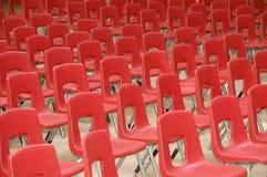 Arreglo de sillas rojas Foto de archivo libre de regalías