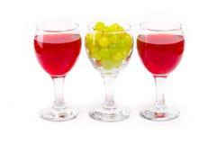 Arreglo de uvas y de vidrios Foto de archivo