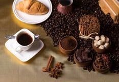 Arreglo del café en una tabla Fotografía de archivo