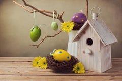 Arreglo del día de fiesta de Pascua con las decoraciones de los huevos Imagen de archivo libre de regalías