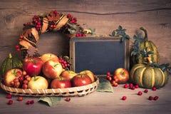Arreglo del otoño con las manzanas, las decoraciones y el espacio del texto Fotos de archivo libres de regalías