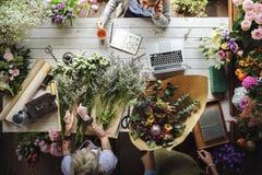 Arreglo del ramo de Making Fresh Flowers del florista Foto de archivo libre de regalías