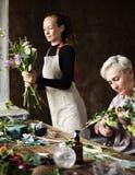 Arreglo del ramo de Making Fresh Flowers del florista Imagen de archivo libre de regalías