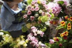 Arreglo del ramo de Making Fresh Flowers del florista Imagen de archivo