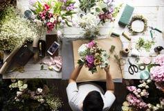 Arreglo del ramo de Making Fresh Flowers del florista Foto de archivo
