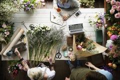 Arreglo del ramo de Making Fresh Flowers del florista Imagenes de archivo