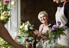 Arreglo del ramo de Making Fresh Flowers del florista Fotografía de archivo libre de regalías