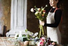 Arreglo del ramo de Making Fresh Flowers del florista Fotos de archivo