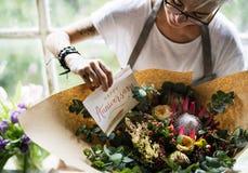 Arreglo del ramo de Making Fresh Flowers del florista con Anni feliz Imágenes de archivo libres de regalías