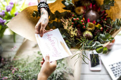 Arreglo del ramo de Making Fresh Flowers del florista con Anni feliz Fotos de archivo libres de regalías