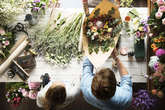 Arreglo del ramo de Selling Fresh Flowers del florista Foto de archivo