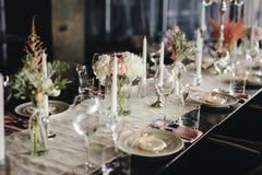 Arreglo elegante de la tabla de la recepción nupcial, centavo floral imagen de archivo libre de regalías