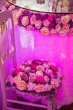Arreglo festivo con las flores y las luces románticas foto de archivo