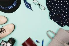 Arreglo flatlay de la moda hermosa con los zapatos, el sombrero, los vidrios, la mochila y la cámara femeninos Fondo de la menta Imagen de archivo