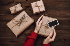 Arreglo flatlay del día de fiesta de presentes envueltos en fondo de madera oscuro foto de archivo libre de regalías