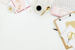 Arreglo flatlay elegante del marco con el ordenador portátil rosado, las rosas, los vidrios y otros accesorios en blanco foto de archivo libre de regalías