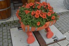 Arreglo floral con las flores anaranjadas Imagen de archivo