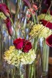 Arreglo floral con las rosas rojas Foto de archivo libre de regalías