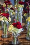 Arreglo floral con las rosas rojas Fotografía de archivo libre de regalías