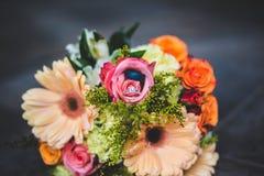 Arreglo floral con los anillos de bodas Fotos de archivo