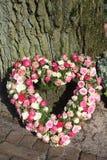 Arreglo floral de la condolencia en forma de corazón Fotos de archivo libres de regalías