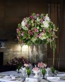 Arreglo floral de la hortensia en florero Fotos de archivo libres de regalías
