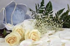 Arreglo floral de las rosas de la boda Fotos de archivo