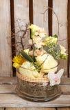 Arreglo floral de Pascua en fondo de madera Imagenes de archivo