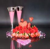 Arreglo floral del día del ` s de la tarjeta del día de San Valentín con Diamond Heart y un elixir rosado del amor foto de archivo