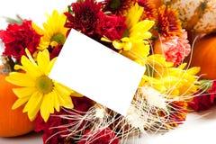 Arreglo floral del otoño en blanco con una nota Foto de archivo libre de regalías