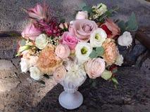 Arreglo floral del vintage en un florero Foto de archivo libre de regalías