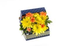 Arreglo floral en caja Fotos de archivo libres de regalías
