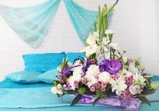 Arreglo floral en la cama Fotografía de archivo