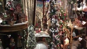 Arreglo hermoso de la Navidad en la ventana metrajes