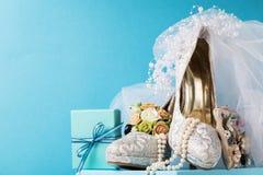 Arreglo hermoso de los accesorios nupciales de la arena de los zapatos Foto de archivo libre de regalías