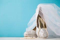 Arreglo hermoso de los accesorios nupciales de la arena de los zapatos Fotos de archivo libres de regalías