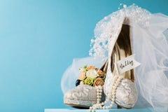 Arreglo hermoso de los accesorios nupciales de la arena de los zapatos Imagen de archivo