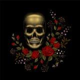 Arreglo humano de la rosa del rojo de la flor del hueso del cráneo del vintage Remiendo de la decoración de la moda del bordado T Foto de archivo