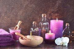 Arreglo natural de los cosméticos del balneario con las velas del aroma Imágenes de archivo libres de regalías