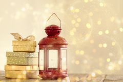 Arreglo romántico brillante de presentes y de la linterna Imagenes de archivo