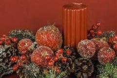 Arreglo temático de la flor y de la vela de la Navidad con el sitio para Tex imágenes de archivo libres de regalías