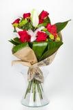 Arreglo y lirio de las rosas en la opinión transparente del lateral del florero Fotos de archivo