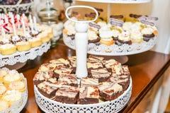 Arreglos de los dulces para la recepción nupcial o los eventos similares Imágenes de archivo libres de regalías
