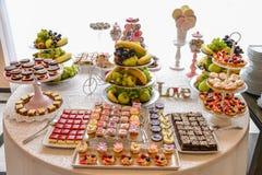 Arreglos de los dulces para la recepción nupcial o los eventos similares Fotos de archivo