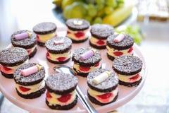 Arreglos de los dulces para la recepción nupcial o los eventos similares Fotografía de archivo libre de regalías