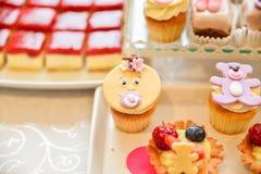 Arreglos de los dulces para la recepción nupcial o los eventos similares Foto de archivo libre de regalías