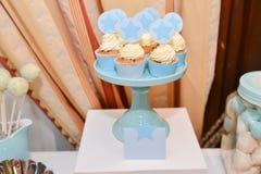 Arreglos de los dulces para la recepción nupcial o los eventos similares Imagen de archivo