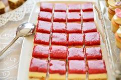 Arreglos de los dulces para la recepción nupcial o los eventos similares Fotos de archivo libres de regalías